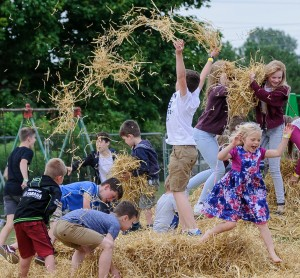 Kids-in-the-straw-picnic-in-the-park-pattishall